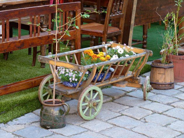 Drevený rebriniak ako dekorácia v záhrade spolu s kvetmi